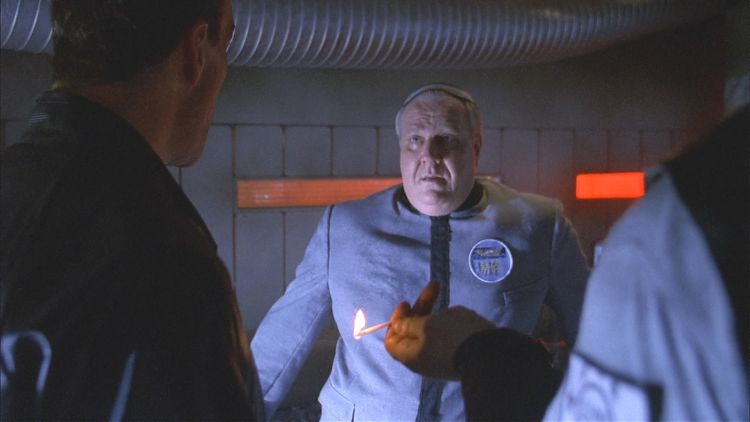 Лейтенант Вомак угрожает Амнону Дуулу сожжением заживо.