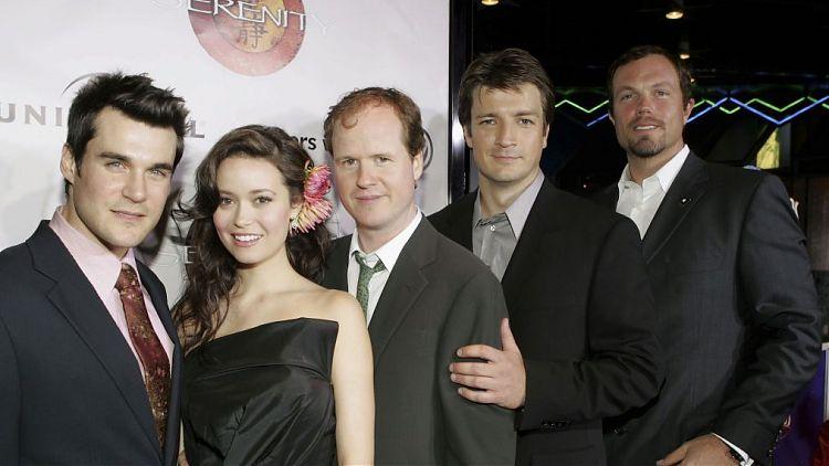 Джосс Уэдон в окружении актёров «Светлячка»