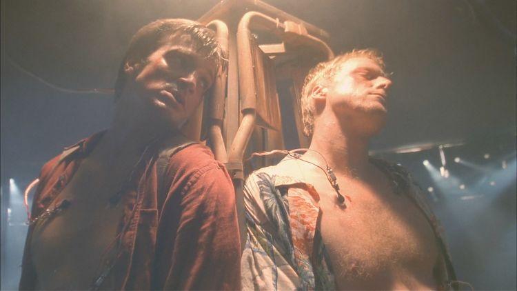 Мэл и Уош препираются по поводу Зои в пыточной камере Аделая Нишки.