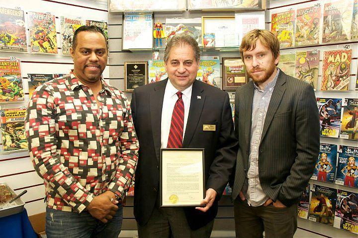 На фотографии, слева направо: художник Джордж Джинти (Georges Jeanty), мэр Конкорда Рон Леон (Mayor Ron Leone), писатель Зак Уэдон (Zack Whedon).