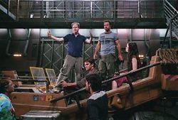 Джосс Уэдон (вверху слева) на съёмочной площадке вместе с главными актёрами фильмa.