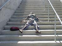 Высохший мумифицированный труп на лестнице.