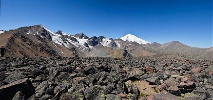 Вид с безымянной вершины на Эльбрус.