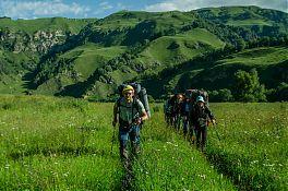 Начинался день с приятной прогулки по зелёным «альпийским» лугам.
