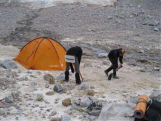 Выравниваем площадку под палатку.