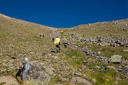 Путь к перевалу Сылтран. Обратите внимание на метки голубой краской.