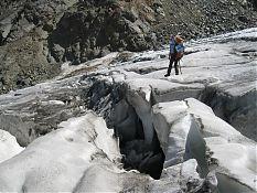 В леднике было много трещин...