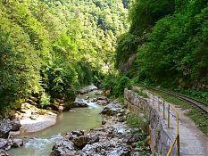 Узкоколейная железная дорога, проложенная по краю ущелья.