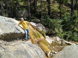 Зимой здесь шумел водопад, полностью скрывая водозаборник (перфорированная труба в правой нижней части фотографии)