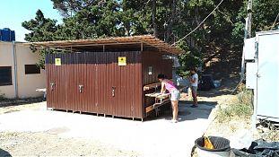 Умывальник, совмещёный с душем (дверки спереди) и туалетом (дверки с дальней стороны навеса)