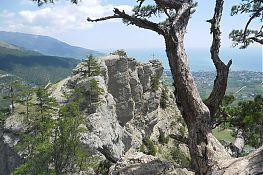 Вид на утёс Ставри-Кая со Штангеевской тропы. Хорошо виден установленный на вершине крест.
