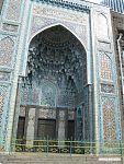 Богато разукрашенные входные ворота мечети.