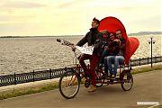 Те, у кого не было своего велосипеда, могли прокатиться на вот такой велорикше.