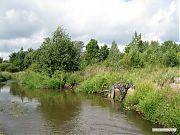 Запруда и спускная труба, регулирующая уровень воды.