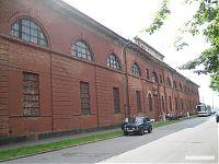 Здание кронштадтского военно-морского арсенала. Судя по состоянию стены, в неё как минимум неоднократно стреляли (или это были осколки снарядов?)
