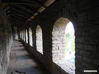 Галерея наверху крепостной стены. У основания её толщина достигает восьми метров.