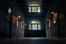 Коридор Нового корпуса. Сетки наверху повешены как профилактическое средство от самоубийств заключённых.