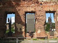 Мемориал, вмурованный в стену церкви.
