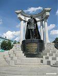 Император Александр II. Отменил в 1861 году крепостное право в России и освободил миллионы крестьян от многовекового рабства. Провёл военную и судебную реформы, ввёл систему местного самоуправления, городские думы и земские управы. Завершил многолетнюю Ка
