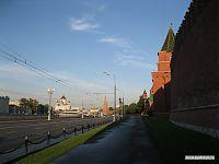 Кремлёвская стена и церковь на заднем плане.