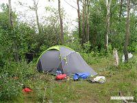 Палатка, на всякий случай привязанная от ветра.