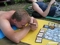 Впрочем, играть, прижав одну карту подбородком, а другую зажав между предплечьями, ещё менее комфортно.