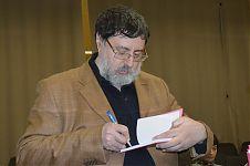 Роман Арбитман подписывает свою новую книгу.