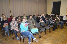 Наша тесная компания. Как минимум половина присутствующих - журналисты и блогеры. Мы с Алексеем на втором ряду составляем приятное исключение :)