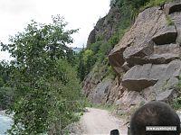 Типичный горный серпантин: справа пятьдесят метров скалы, слева пятьдесят метров обрыва, и двум машинам не разъехаться.