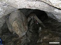 Ползанье по пещерам побуждает к самым разным акробатическим этюдам.