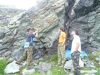 Маленькая тренировка по вбиванию спитов - специальных гвоздей, который вручную вбиваются в камень и на которые потом вешается верёвка.