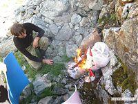 Сжигаем мусор. В качестве топлива и катализатора выступают баллоны с газом и дезодорант.