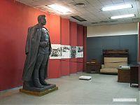 Бронзовая статуя Михаила Фрунзе. На заднем фоне - вещи из кабинета Михаила Фрунзе (диван Фрунзе, секретер Фрунзе, письменный стол Фрунзе с расположенными на нём письменными приборами Фрунзе, а также какая-то непонятная белая фигня Фрунзе).