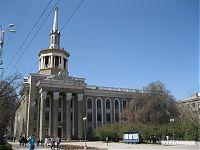 Несмотря на странную архитектуру, это центральный университет страны.