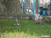 Садовый гномик в городском парке. На заднем плане - колесо обозрения.